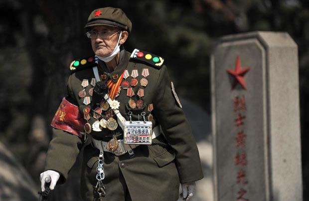 Chiński weteran Wojny Koreańskiej w czasie dnia zmarłych.