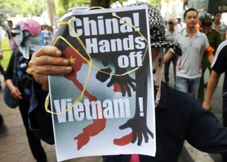 Anti-Chinese protest in Hanoi 08July2012 (Reuters) 01