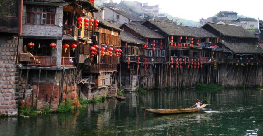 Większość Diaojiaolou to jednak domy w przeludnionych nadrzecznych miastach położonych w deltach chińskich rzek.