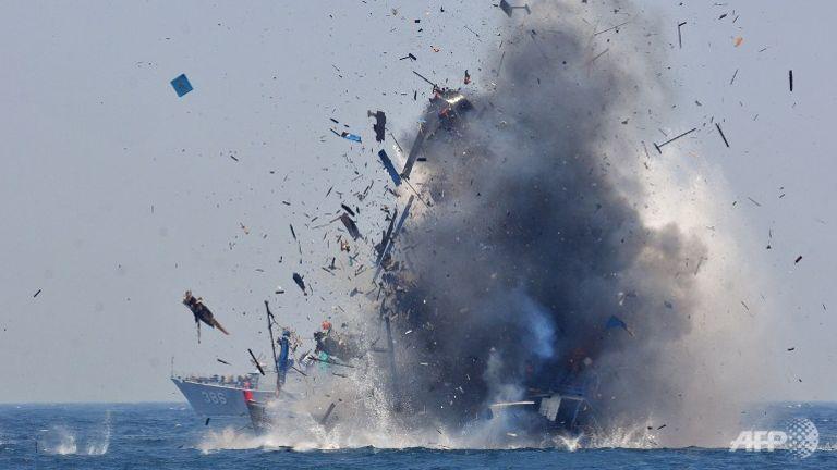 Indonezyjska marynarka wysadza w powietrze zarówno rodzime, jak i obce łodzie rybackie zajęte w czasie nielegalnych połowów w wyłącznej strefie