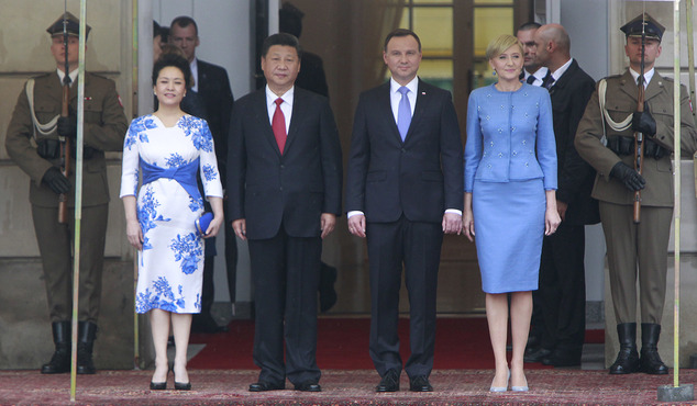 China's President Xi Jinping, second left, his wife Peng Liyuan, left, Polish President Andrzej Duda, second right, and his wife Agata Kornhauser-Duda, right, attend the welcoming ceremony in Warsaw, Poland, Monday, June 20, 2016. Xi Jinping came to Poland for an official visit. (AP Photo/Czarek Sokolowski)