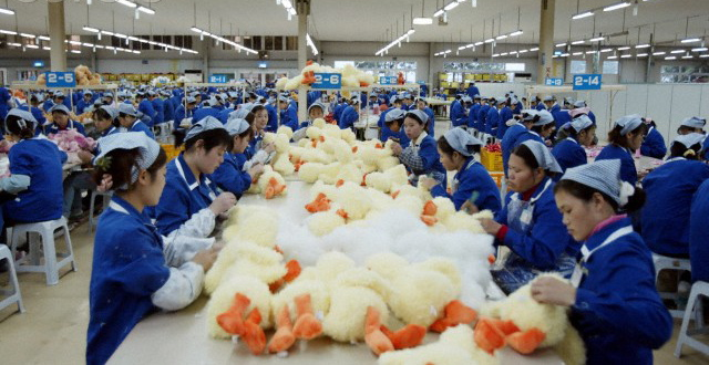 chinese-workers-toy-manufacturing-factory